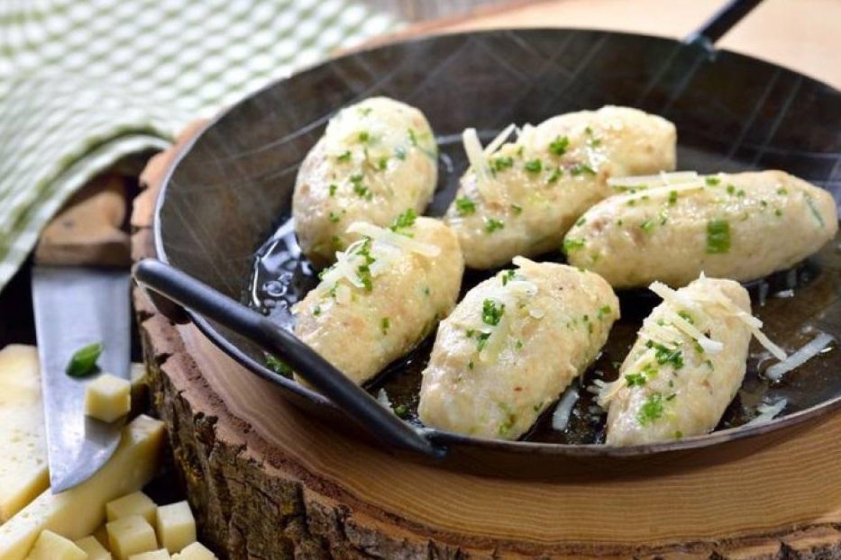 Стариот леб како ѕвезда на оброкот: Рецепт за вкусни кнедли од леб и сирење