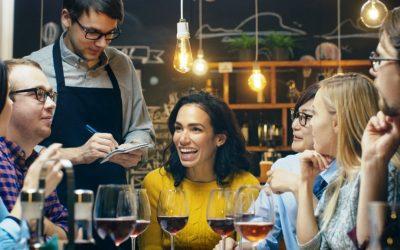 12 трикови што ги користат вработените во рестораните и во кафулињата за да манипулираат со вас