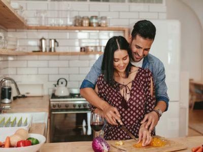 6 начини како да се зближите со партнерот додека сте во карантин
