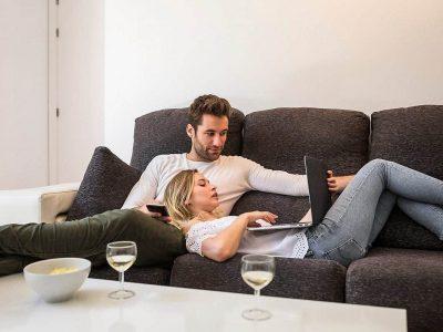 Ќе ви измамат насмевка на лицето: Предлози за совршена филмска вечер во вашиот удобен дом