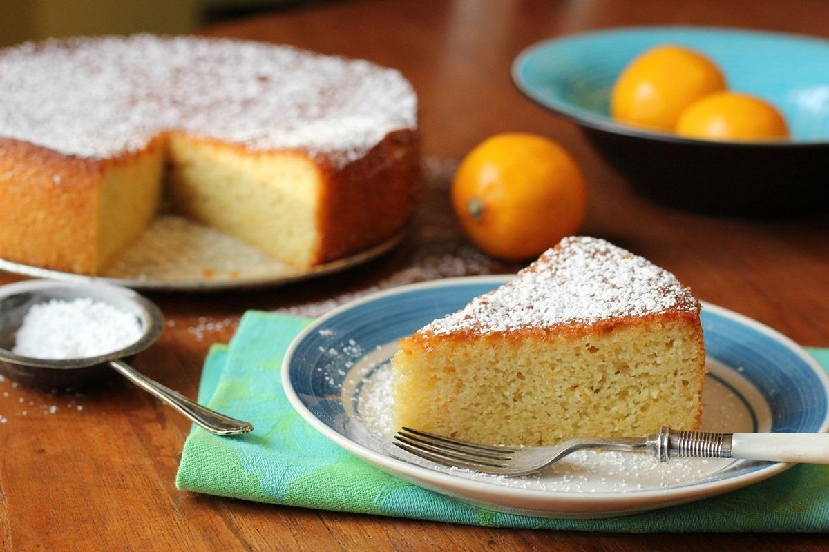 Колач од лимон и бадем без брашно: Сочен и мек десерт кој е совршено изненадување за целото семејство!
