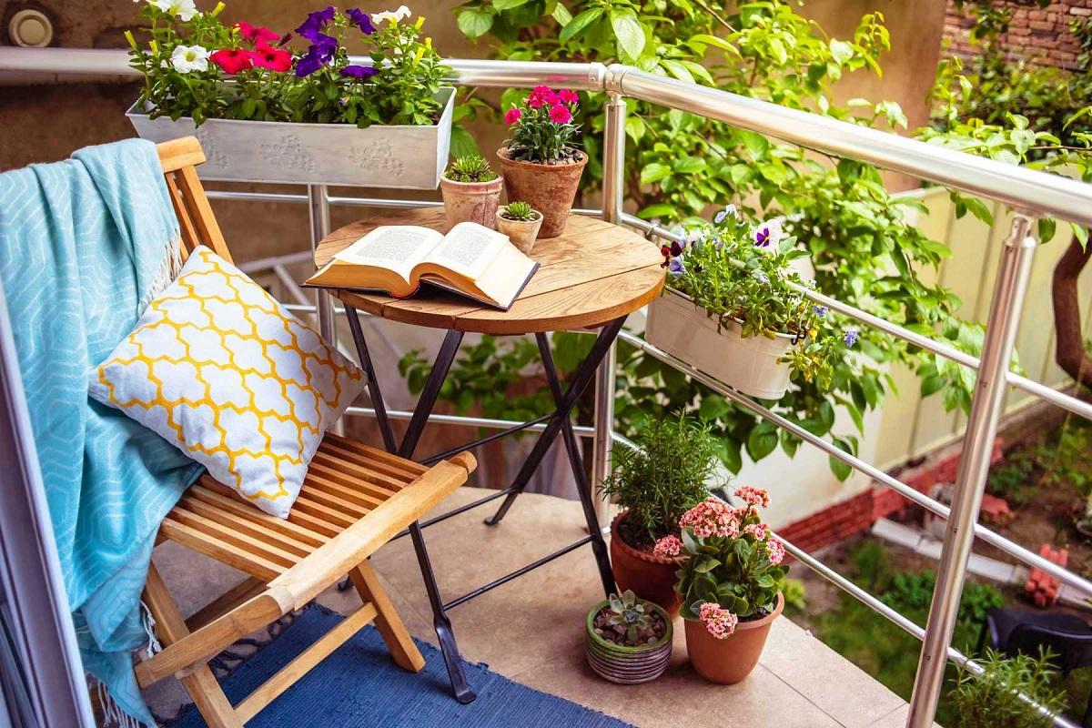 Како да го претворите малиот балкон во идилична пролетна оаза?