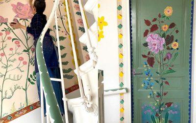 Креативност во време на корона: Артистка ги претвора ѕидовите на нејзината куќа во цветна градина