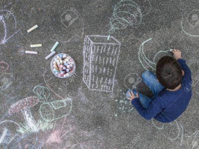 Наместо да ги фрлате лушпите од јајцата, направете креда за цртање на тротоар