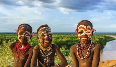 Племе кое поради убавина трпи големи болки, но никој од нив не сака да се откаже од суровата традиција