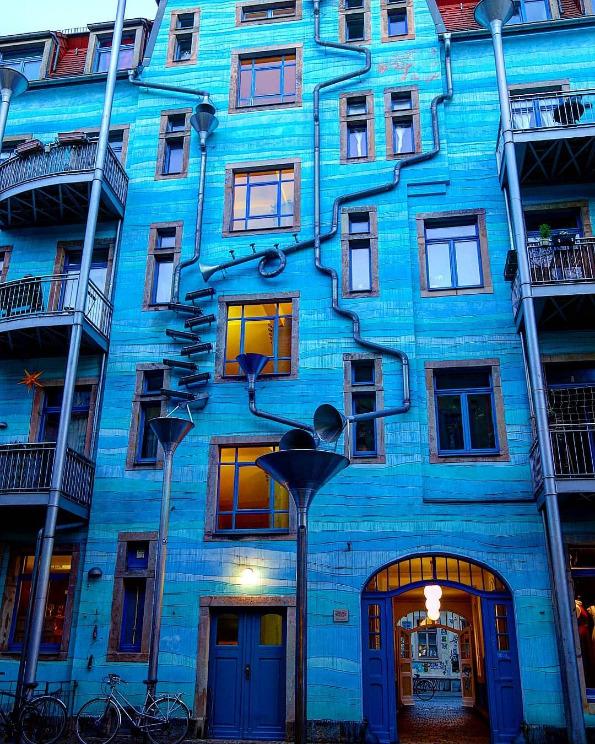 Чудната зграда во која е тешко да заспиете на дождлив ден