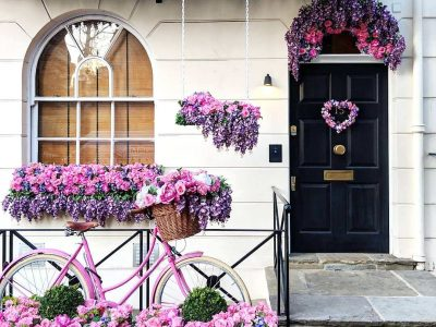 Влезната врата ќе го истакне домот: Украсете ја со цвеќиња или со растенија