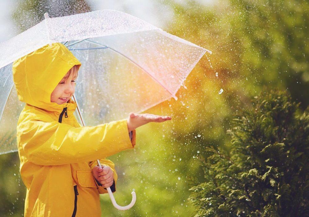 10 причини зошто децата треба да го поминат врнежливиот ден надвор