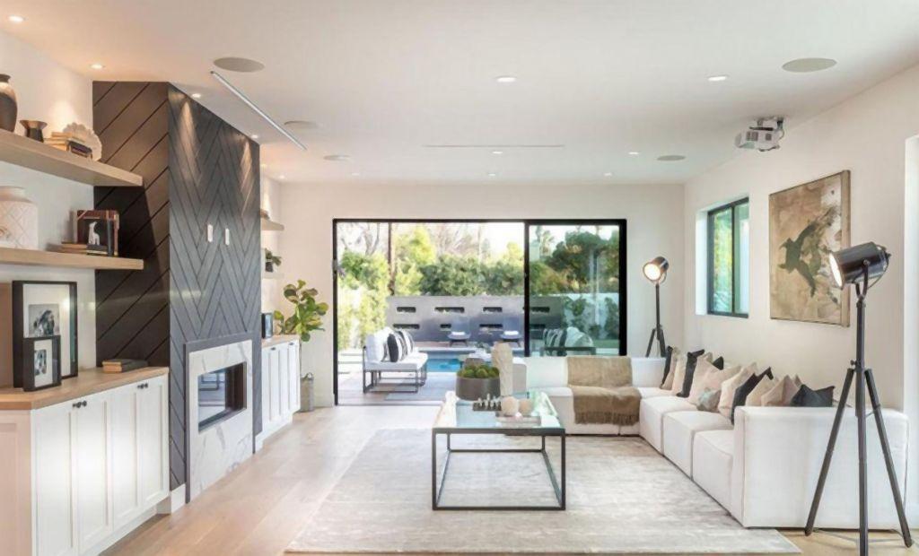 """Модерна куќа со едноставен мебел: Каде живее актерот кој ја игра главната улога во филмот """"Аладин""""?"""