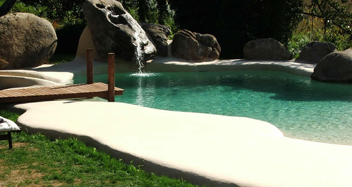 """Луѓето ги претвораат своите дворови во места за одмор со """"песочни базени"""""""