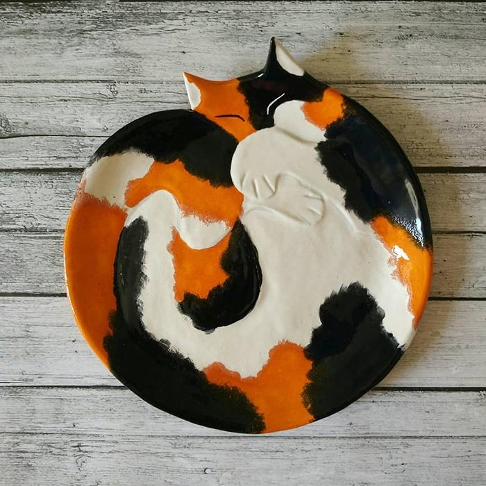 Уметник од Русија создава симпатични керамички садови во форма на свиткани мачки
