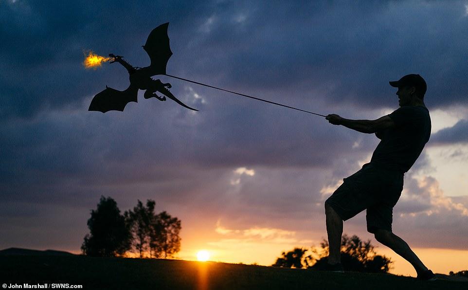 Фотограф создава неверојатни фотографии со картонски силуети за време на зајдисонце