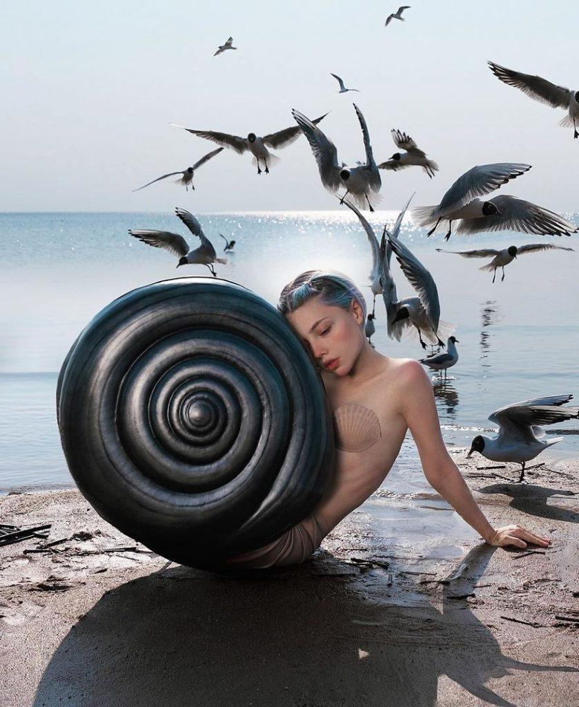 Артистка од Русија стана популарна на социјалните мрежи со нејзините бизарни фотографии
