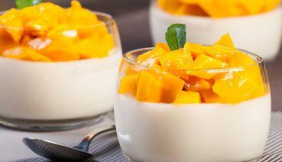Млечен крем од гриз и павлака: Кремаст десерт со овошје по желба