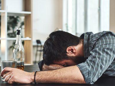 10 начини како да се заштитите себеси ако живеете со родител или сопруг алкохоличар