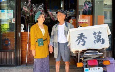 Возрасен пар позира со облека која нивните клиенти не сакале да ја купат и изгледаат навистина кул