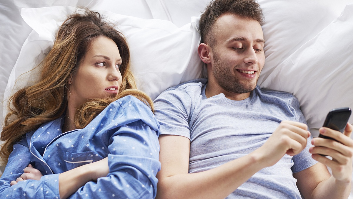 6 знаци што откриваат дека вашиот партнер сака да излегува со друга девојка