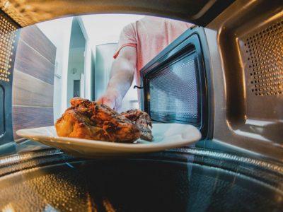 5 работи што не треба да ги ставаме во микробранова печка