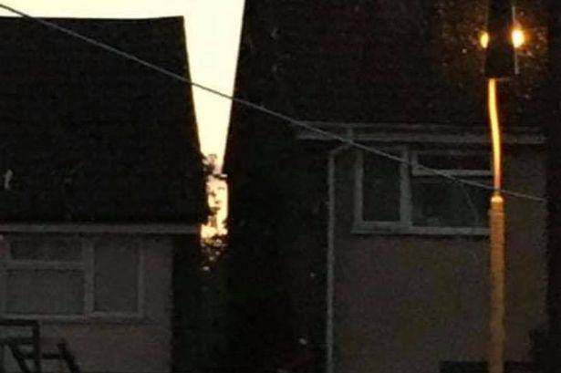 Дали можете да го забележите мистериозното лице помеѓу овие две куќи?