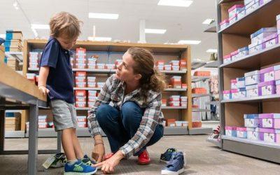 Една мајка споделува одличен трик за купување чевли на децата без да ги носите низ продавниците