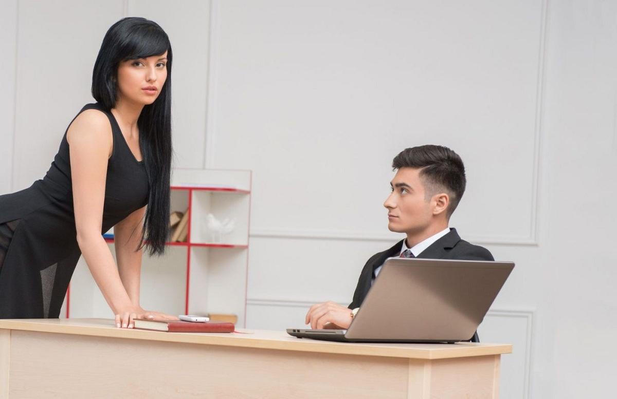 20 знаци што откриваат дека ѝ се допаѓате на вашата колешка
