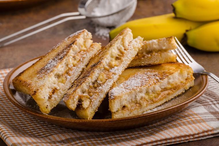 Совршен протеински појадок: Слатка тост со рикота сирење и банана за идеален почеток на денот