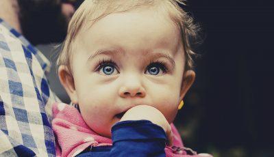 Детски офталмолог објасни кога и зошто бебињата ја менуваат бојата на очите