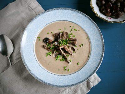 Кремаста супа од костени која е богата со витамини