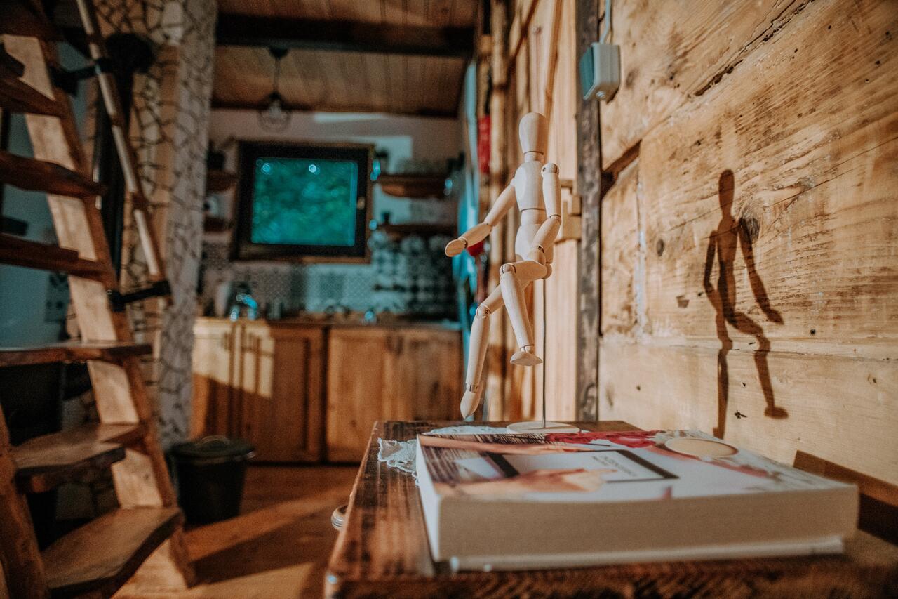 Дрвена колиба во Хрватска со прекрасен ентериер, но и природа која освојува