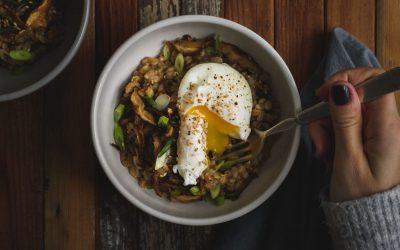 Еден поразличен појадок: Овесна каша со тиквички и поширани јајца