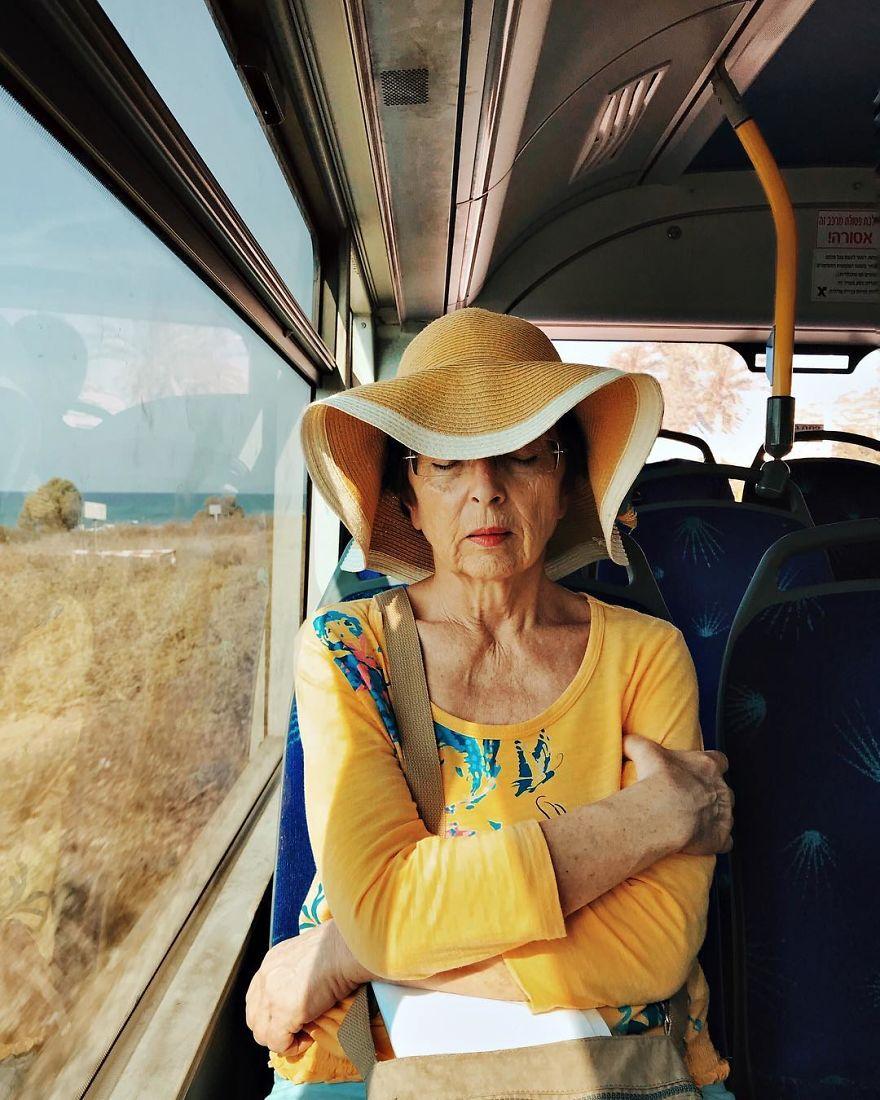 За време на своето секојдневно патување до работа, една жена фотографира портрети на странци изгубени во мислите