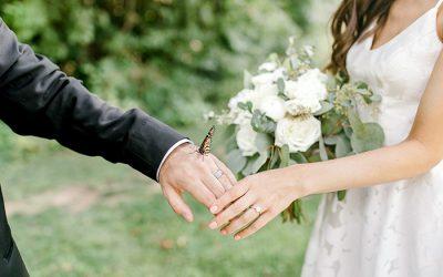 Свадбените фотографии на еден пар добиваат пресврт откако ќе се придружи една пеперутка