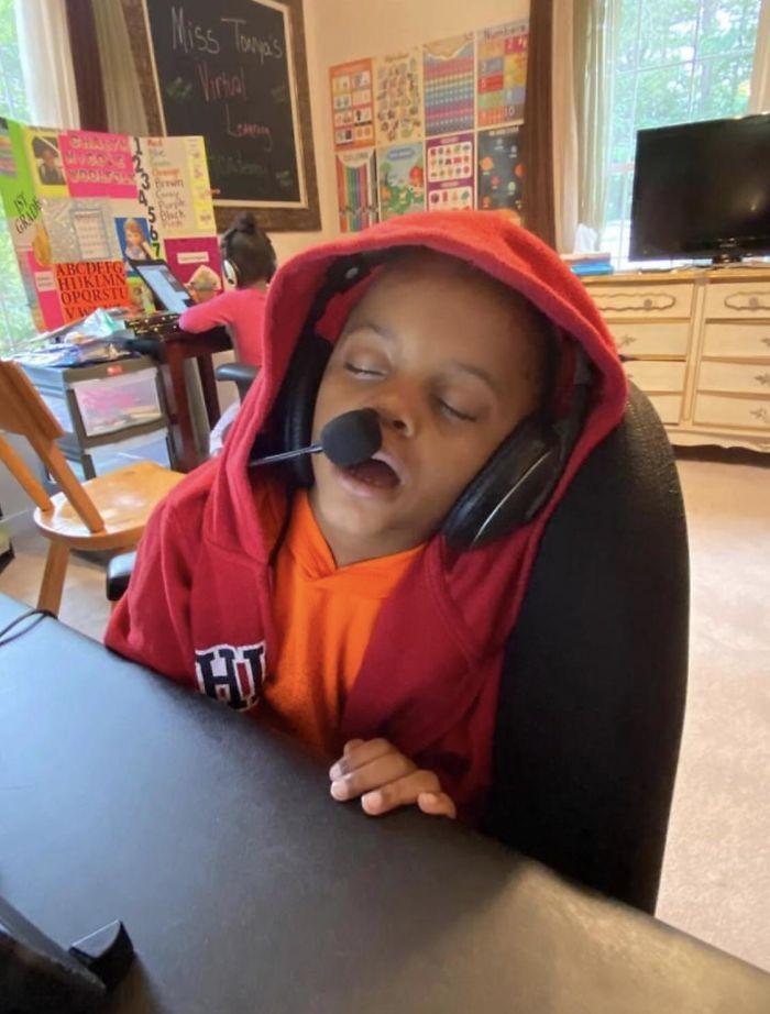 Смешни фотографии од деца кои се борат со учењето на далечина
