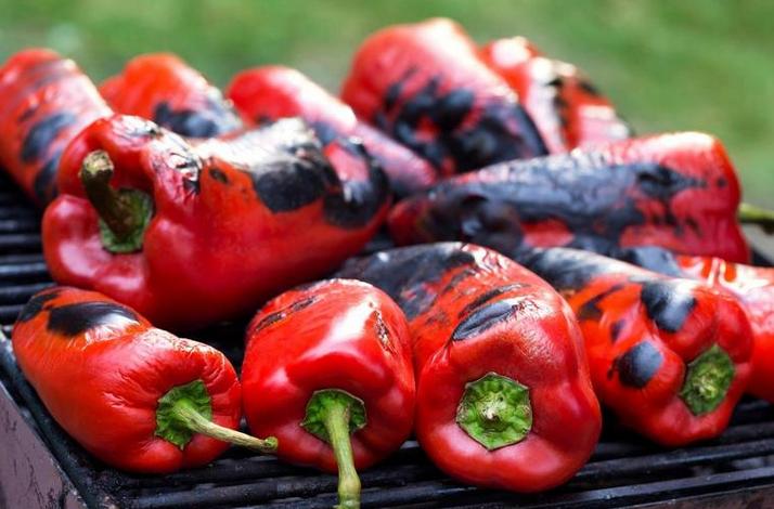 Едноставен трик како да ги излупите печените пиперки