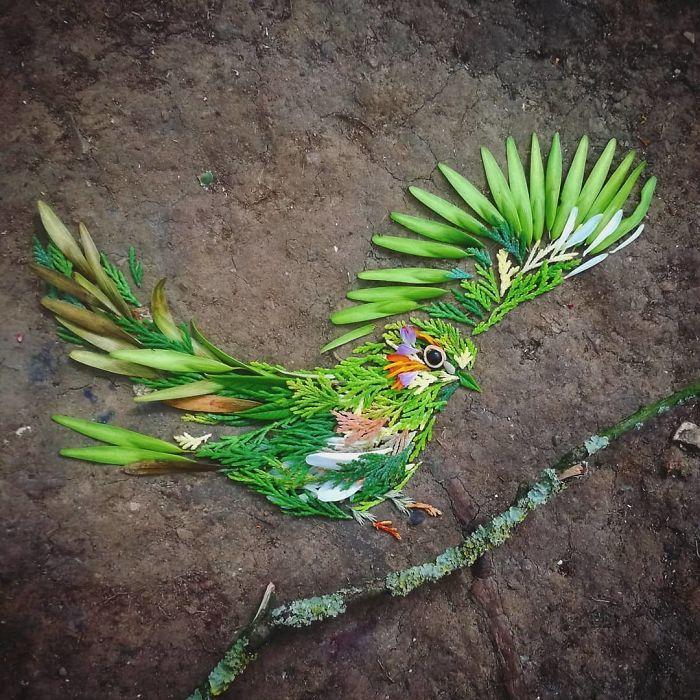 Уметничка користи природни материјали за да создаде шарени портрети на птици