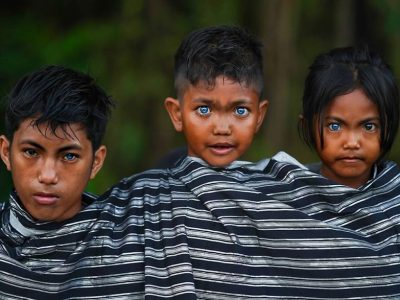 Фотографии од домородно племе од Индонезија со невообичаени очи поради ретка генетска состојба