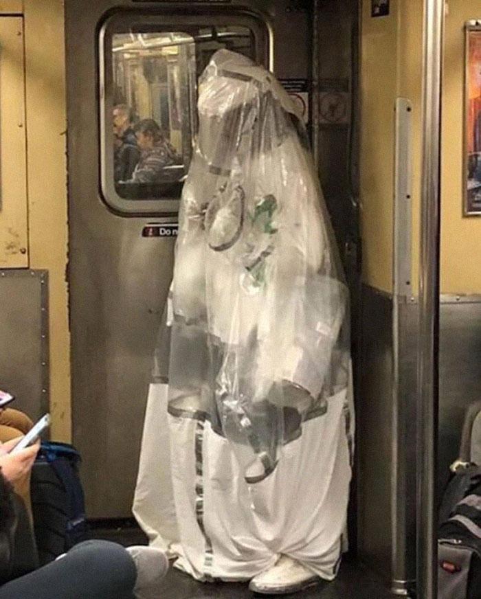 Овој профил на Инстаграм ги објавува најсмешните заштитни маски забележани во метроата