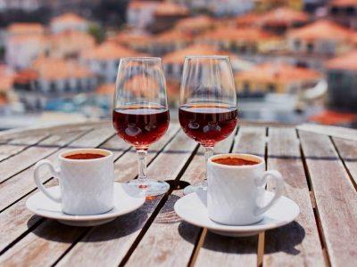 Што се случува со вашето тело кога пиете кафе по консумирањето алкохол?