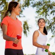 Три причини зошто пешачењето со тегови во рацете е многу корисно