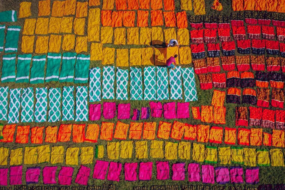 Фотографии кои ќе го обојат вашиот есенски ден: Еве како се фарбаат ткаенини рачно