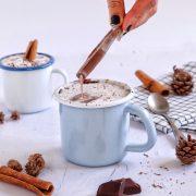 Топлo чоколадo со шлаг од кокос како омилен пијалaк оваа зима!