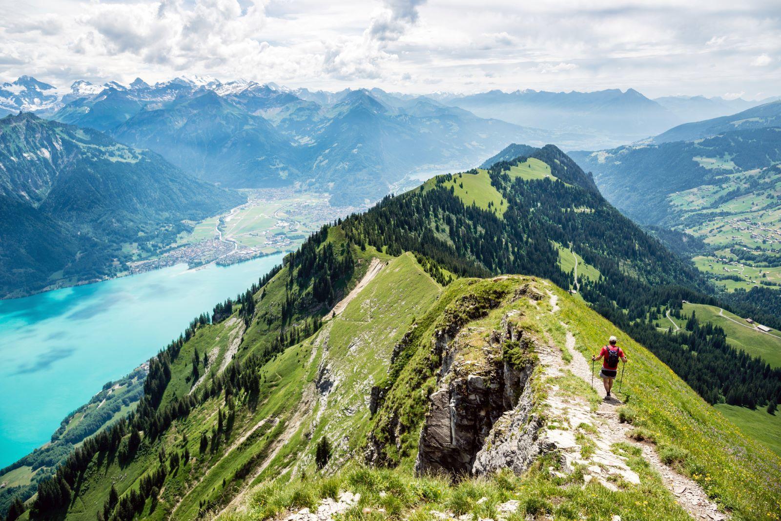 Идиличен швајцарски град сместен помеѓу езера и планини