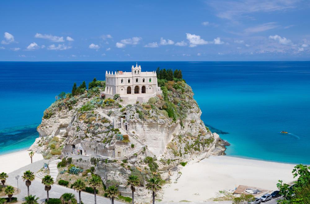 Импресивна црква на Италијанскиот брег на боговите што крие голема тајна