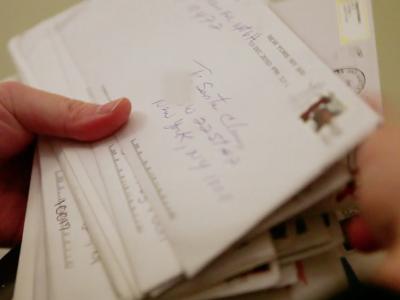 Двајца станари добивале писма од деца наменети до Дедо Мраз, па решиле да почнат и да ги исполнуваат нивните желби