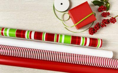 Како да завиткате подарок кога хартијата е премногу кратка?