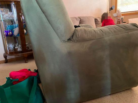 """Мајка споделува трик со кој го спасила кадифениот тросед откако нејзиното дете го """"украсило"""" со траен маркер"""