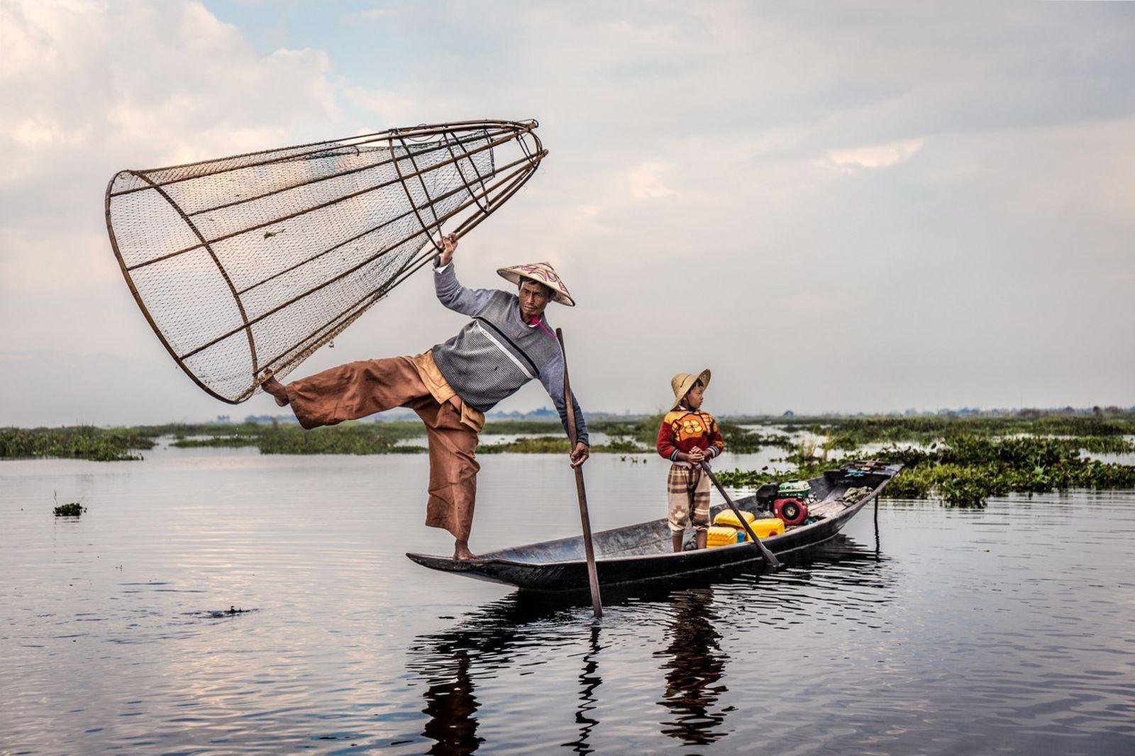 Луѓе од езерото: Необичен народ кој преживува благодарение на акробатиката на вода