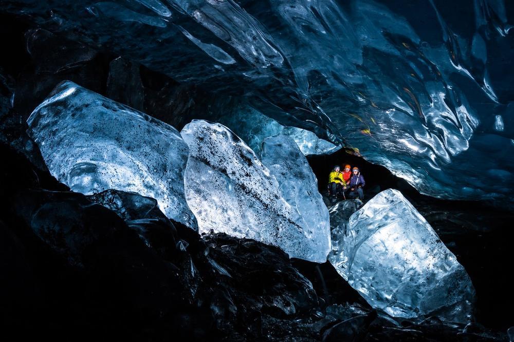 Фантастични фотографии од пештерите создадени во глечерите на Алјаска