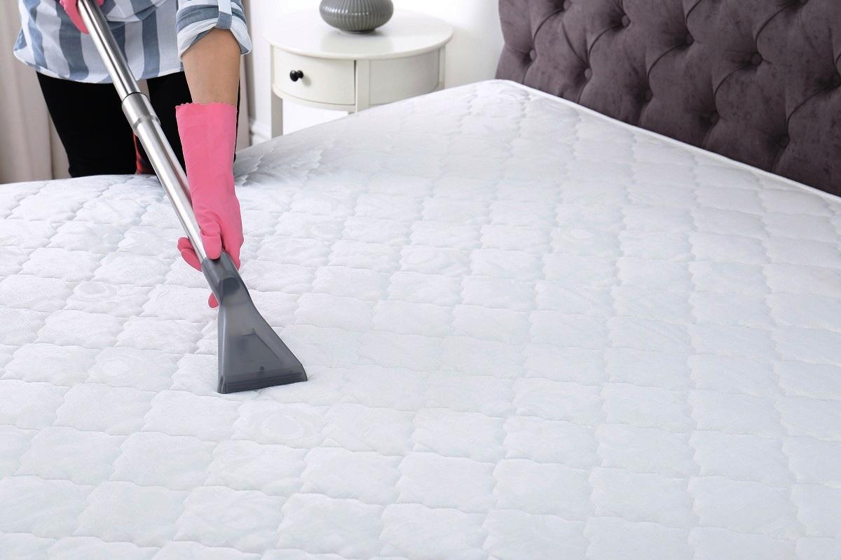 Како да го исчистите душекот и да ги отстраните сите видови дамки?
