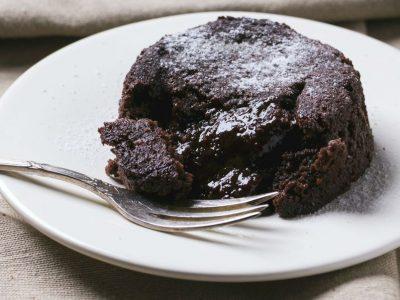 Готов за 2 минути: Најбрзиот рецепт за сочен колач со чоколадо и путер од кикиритки